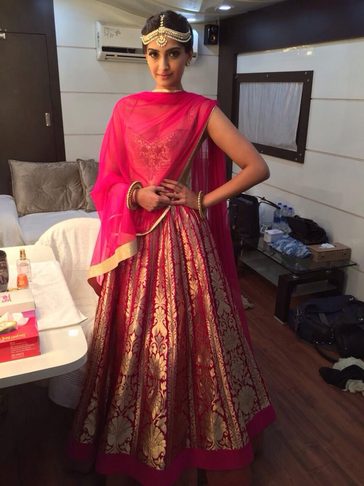 Actress Sonam Kapoor Hd Wallpapers Pics Profile Bio Wiki